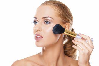 Utiliza polvos moderadamente para lucir más joven