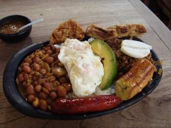 un plato típico de Colombia es la bandeja paisa
